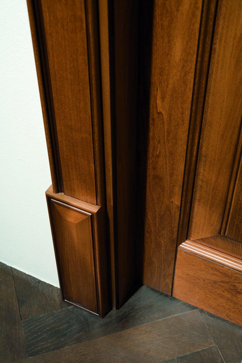 Porta da interni in legno con cornice classica