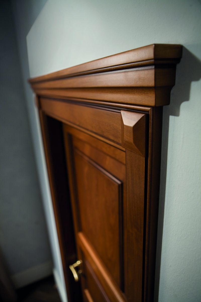 porta in legno con cornice classica