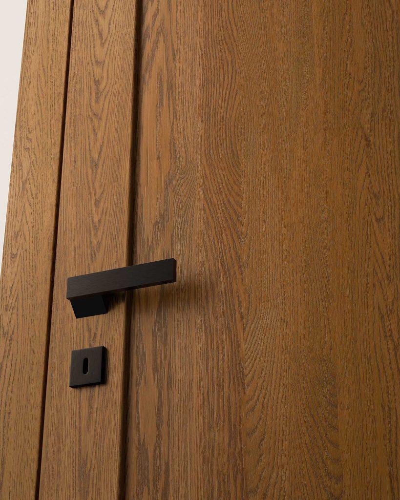 Porta in legno con maniglia nera