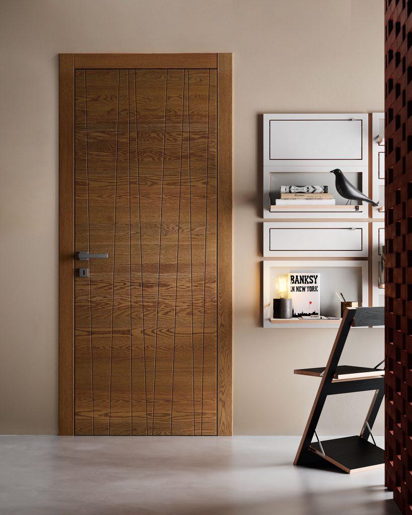 Porta moderna in legno con decoro gemetrico