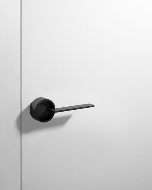 Maniglia effetto vintage su porta laccata