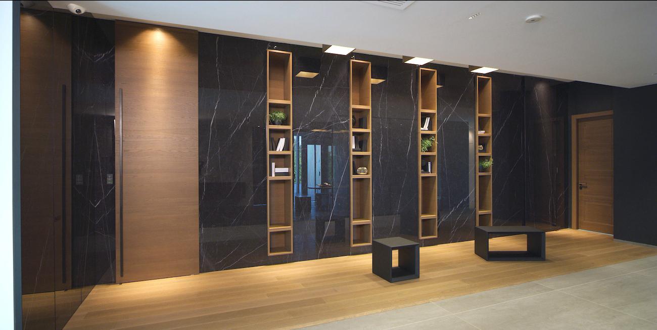 Libreria in legno e porta filomuro