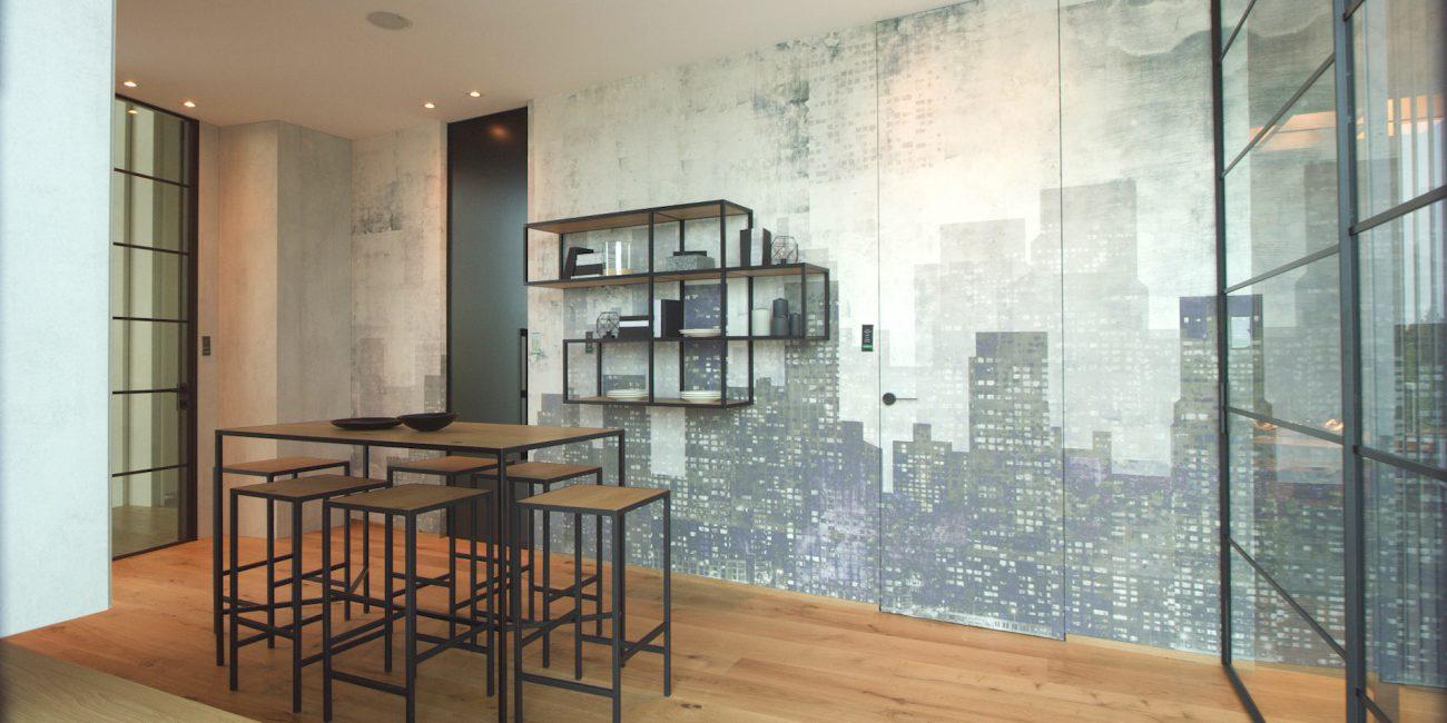 Sala da pranzo con prete in vetro e parquet